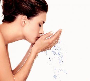 Tips Memilih Pembersih Wajah Aman Untuk Wanita