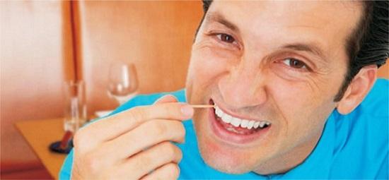 3 Bahaya Menggunakan Tusuk Gigi
