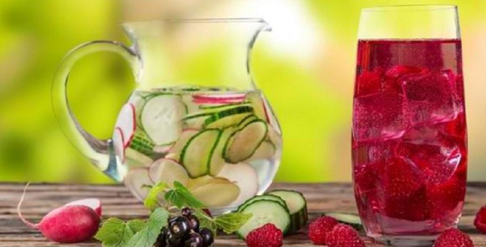 Mana yang lebih sehat, air putih atau jus buah?