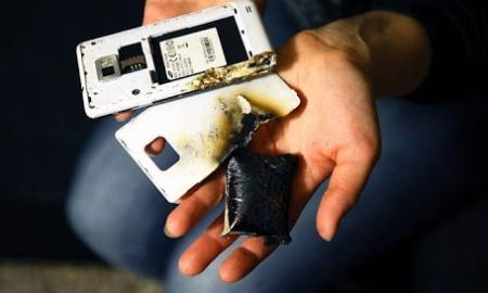 ponsel yang terbakar (sumber kaskus)