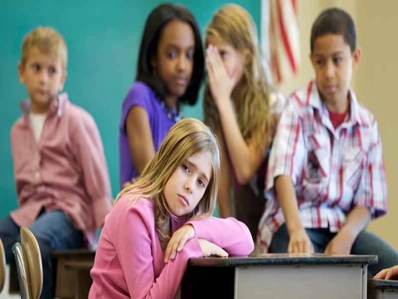 5 Tanda yang Menandakan Bahwa Anak Tengah di-Bully