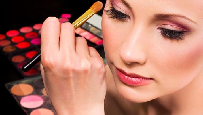 7-trik-menggunakan-make-up-agar-tahan-lama