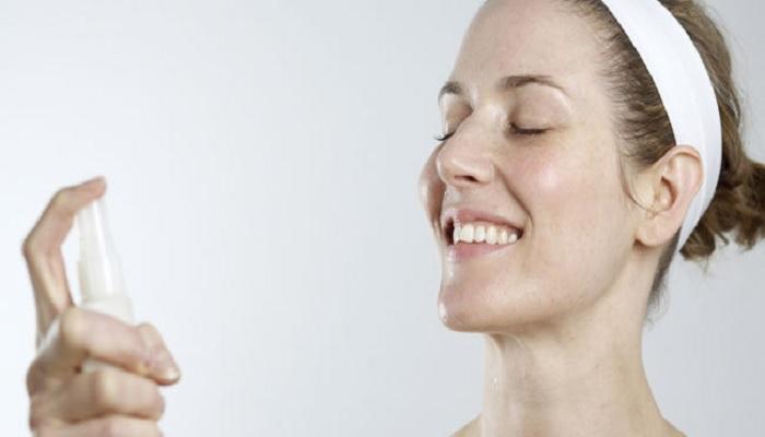 rangkaian-tips-menyemprotkan-face-spray-ke-wajah
