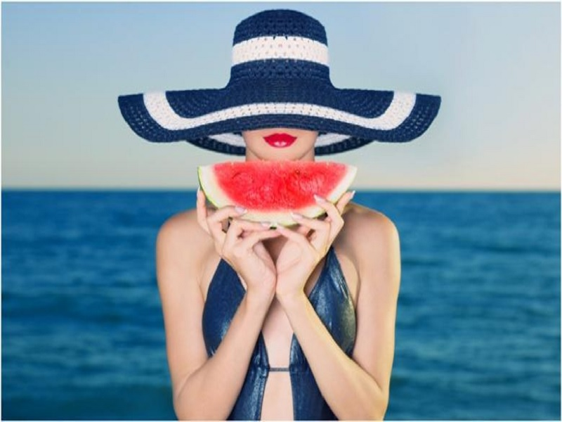 Cantik dengan Semangka, Si Buah Segar dan Penuh Air