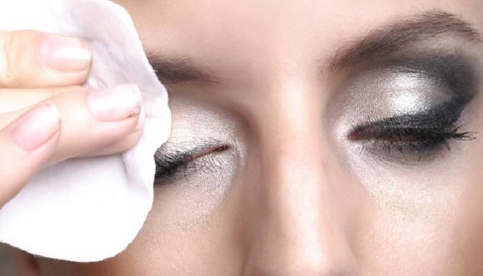 tahapan-tuntas-bersihkan-eyeliner