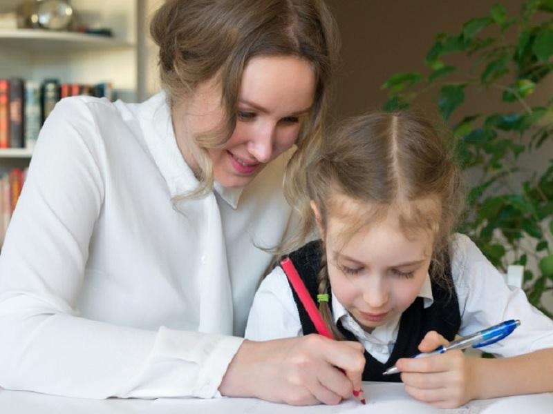 Tips Parenting Yang Harus Orang Tua Lakukan Untuk Membantu Anak Mengerjakan PR