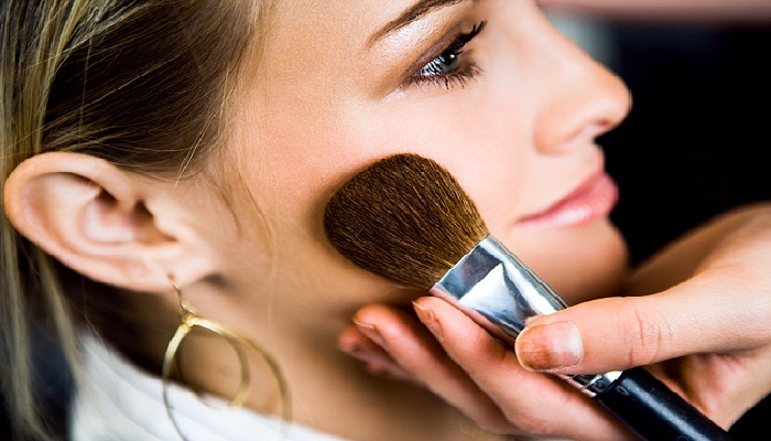 trik-make-up-wajah-berkulit-kering