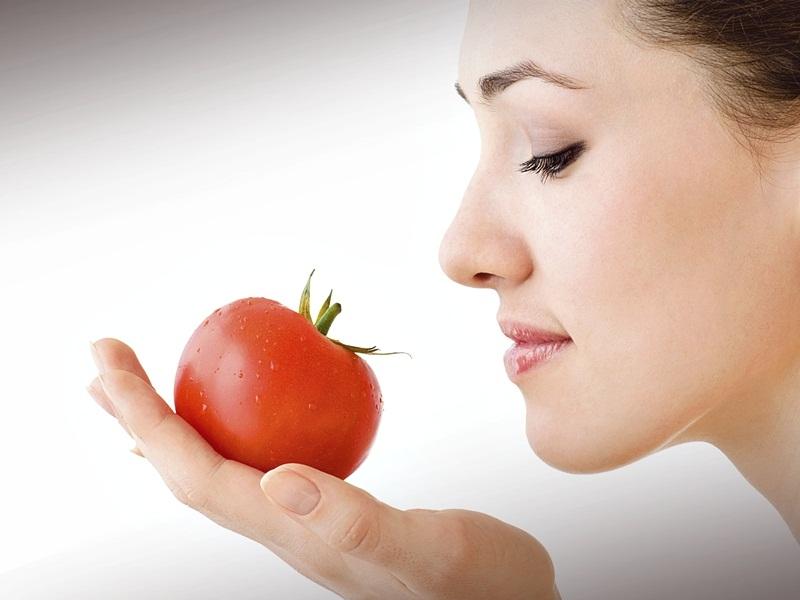 Trik Merawat Bibir Dengan Tomat