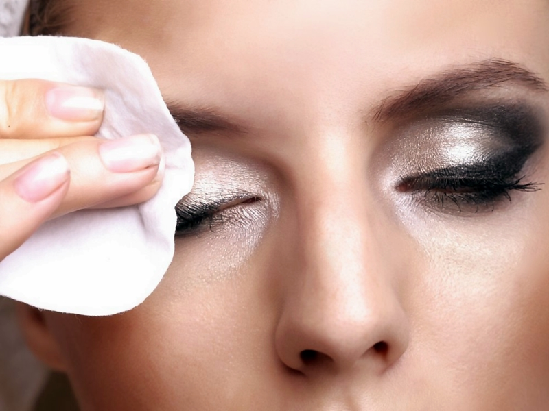 Tips Bersihkan Makeup Tebal Di Wajah