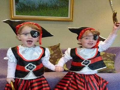 tips mengasuh anak kembar identik paling menyenangkan