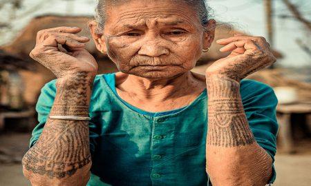 bukti kecantikan wanita suku Tharu dengan tato