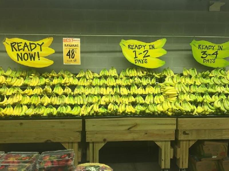 membeli buah dan sayuran segar di supermarket