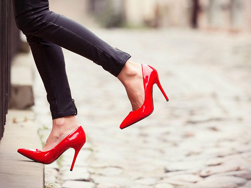 tips-aman-kenakan-sepatu-high-heels