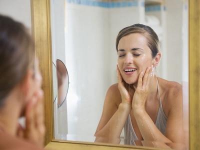 manfaat kebiasaan mencuci wajah dengan air beras.2