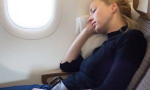 Tips Nyaman Tidur Di Pesawat Rute Jauh
